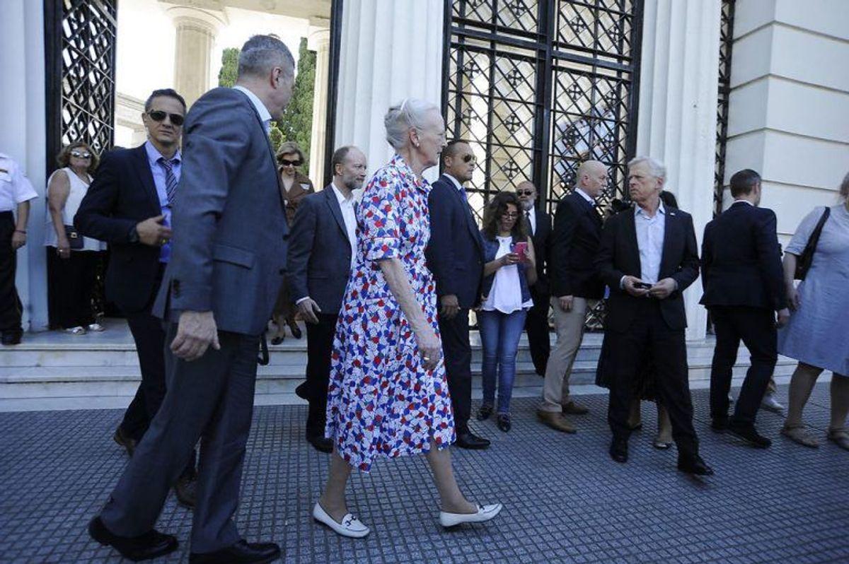 Dronningen besøger også den kendte danske doktor Carlos Fürsts grav. Foto: Scanpix