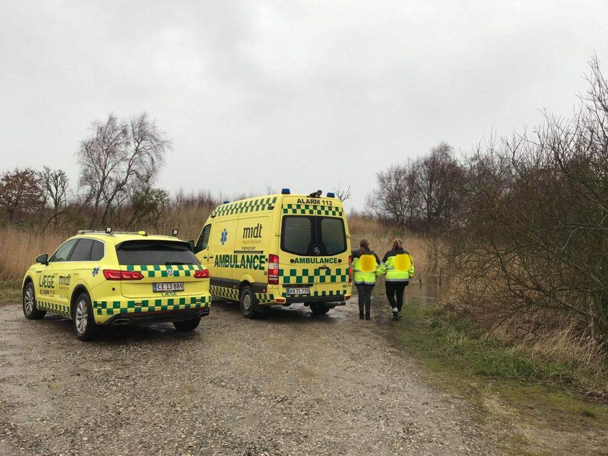 Beredskab, ambulance og politi var til stede lørdag, da en anmelder fandt en død person i vandet i Randers Fjord. Foto: Øxenholt Foto
