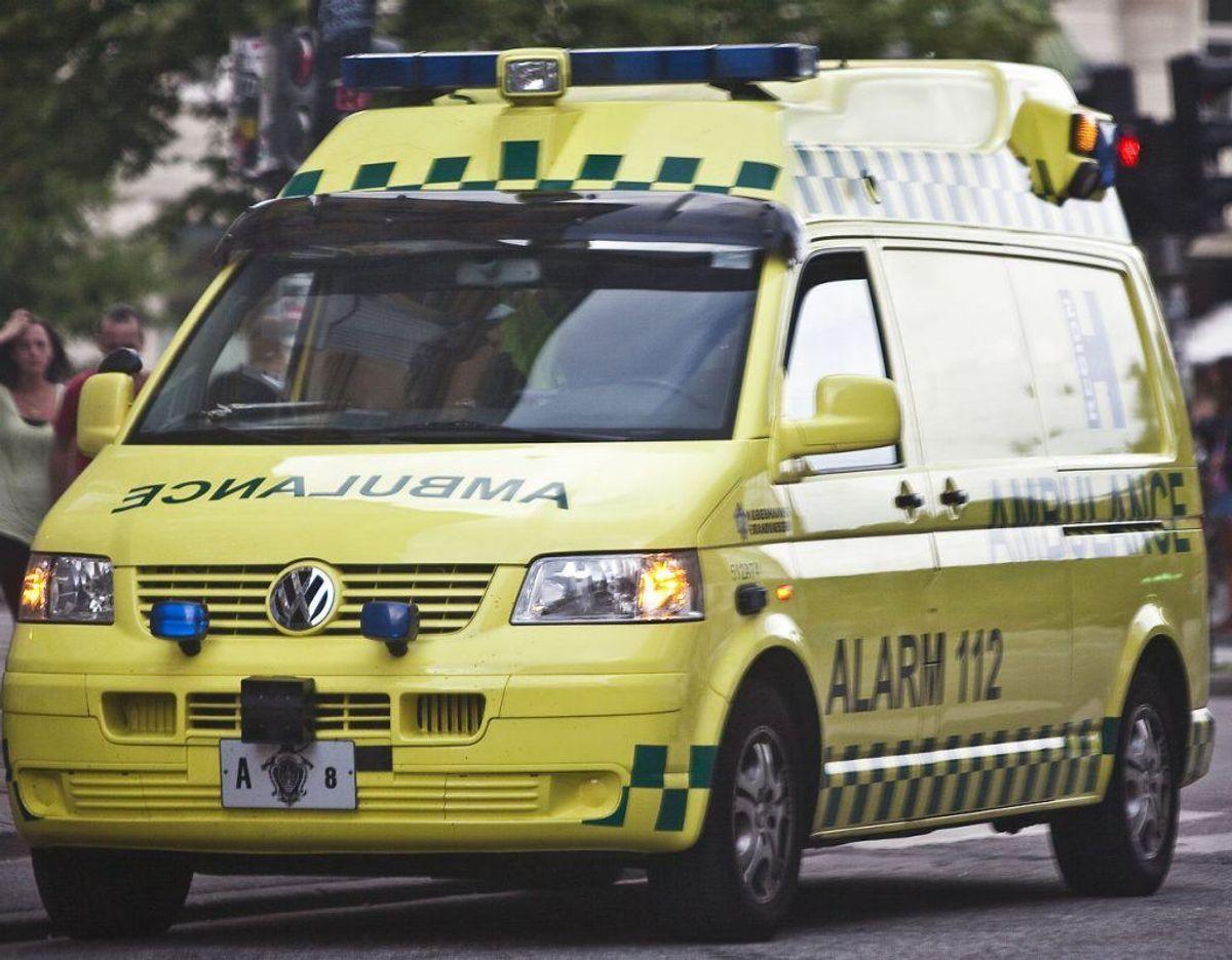 Kvinden blev kørt i ambulance til hospitalet, hvor hun blev indlagt med hjernerystelse og muligvis brækkede  ansigtsknogler. Foto: Scanpix.