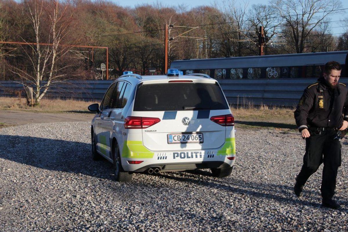 Politiet er ved Sorø, hvor en mand er ramt af et tog. Foto: presse-fotos.dk