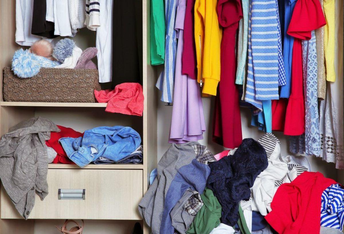 Et rodet skab kan afhjælpes ved at sætte skillerum i. Så kan du holde vaskeklude og strømper adskilt. Du kan også købe forskellige anordninger, der kan sidde på lågen. Her kan du have for eksempel håndklæder hængende. Foto: Shutterstock/Scanpix.