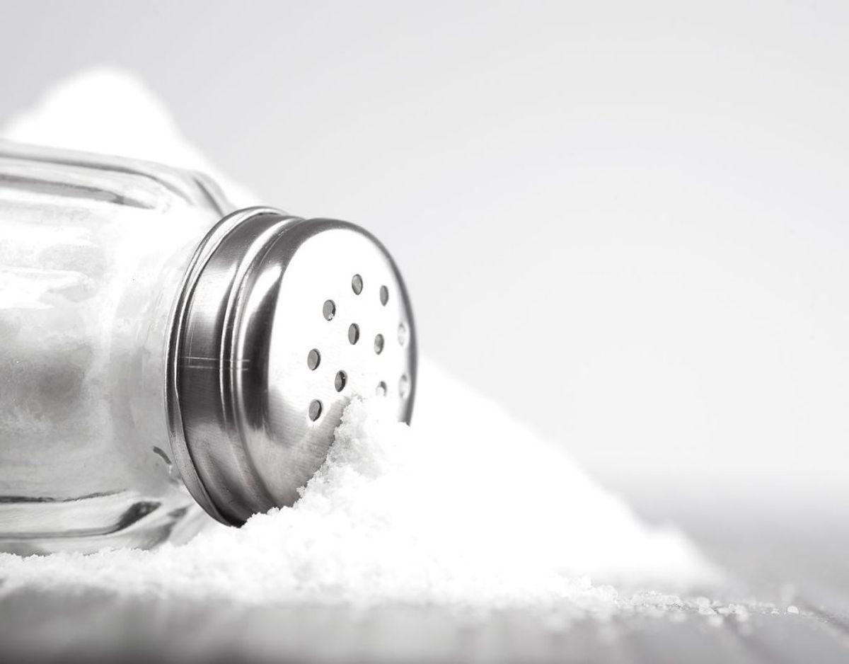 Lad være med at sætte salt frem på bordet, når maden serveres. På den måde kan man undgå at salte maden af ren vane. Foto: Scanpix.