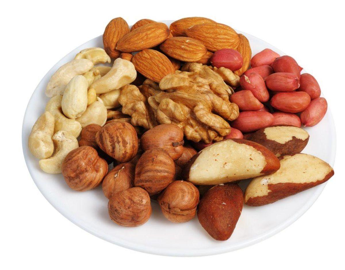 Begræns meget salte ingredienser som eksempelvis saltede nødder, ansjoser eller salattern. Arkivfoto.