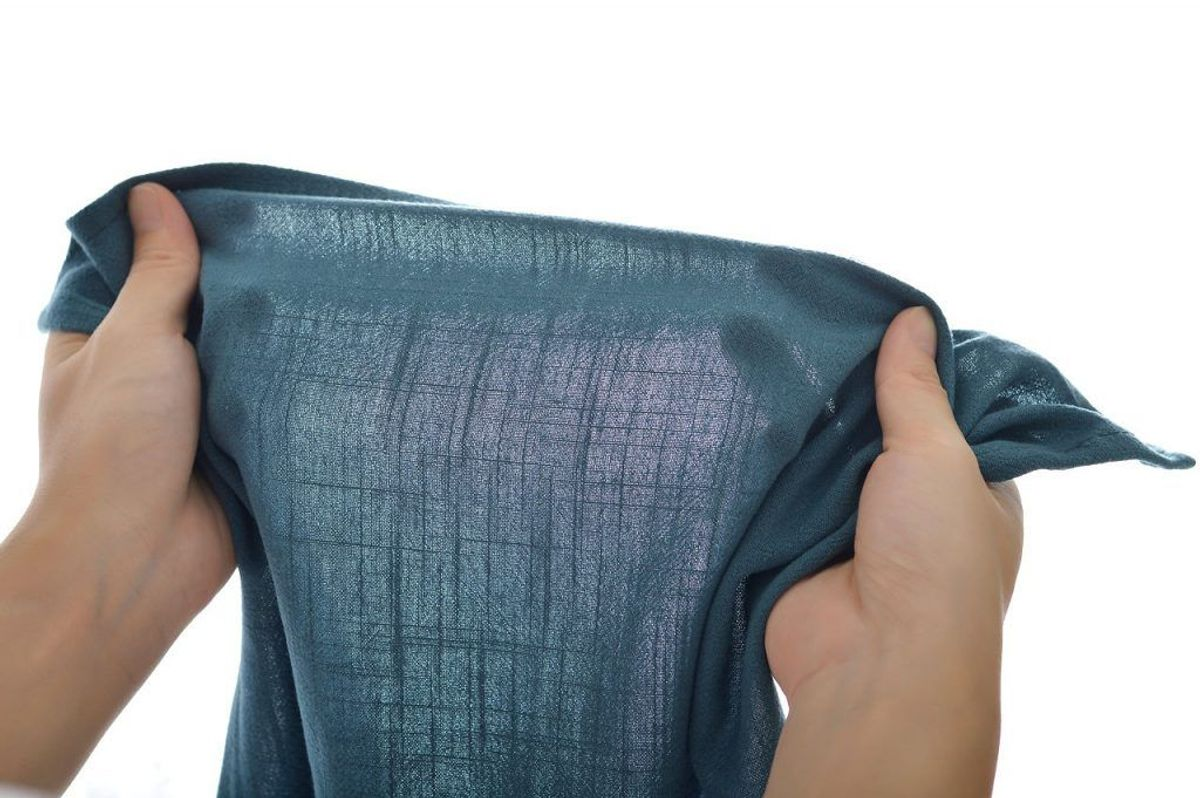 Træk i det, så fibrene udvider sig. Vær forsigtig, så du ikke hiver så meget i det, at tøjet i stedet bliver for stort. Lad tøjet tørre naturligt bagefter. Foto: Scanpix