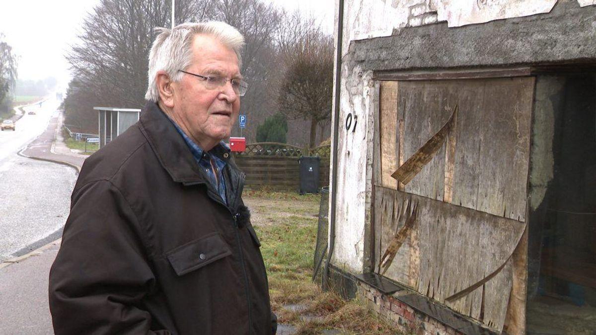 Det er et trist syn, der møder Henning Karstensen ved sin bedstefars tidligere købmandsforretning. Foto: TV2 Østjylland.