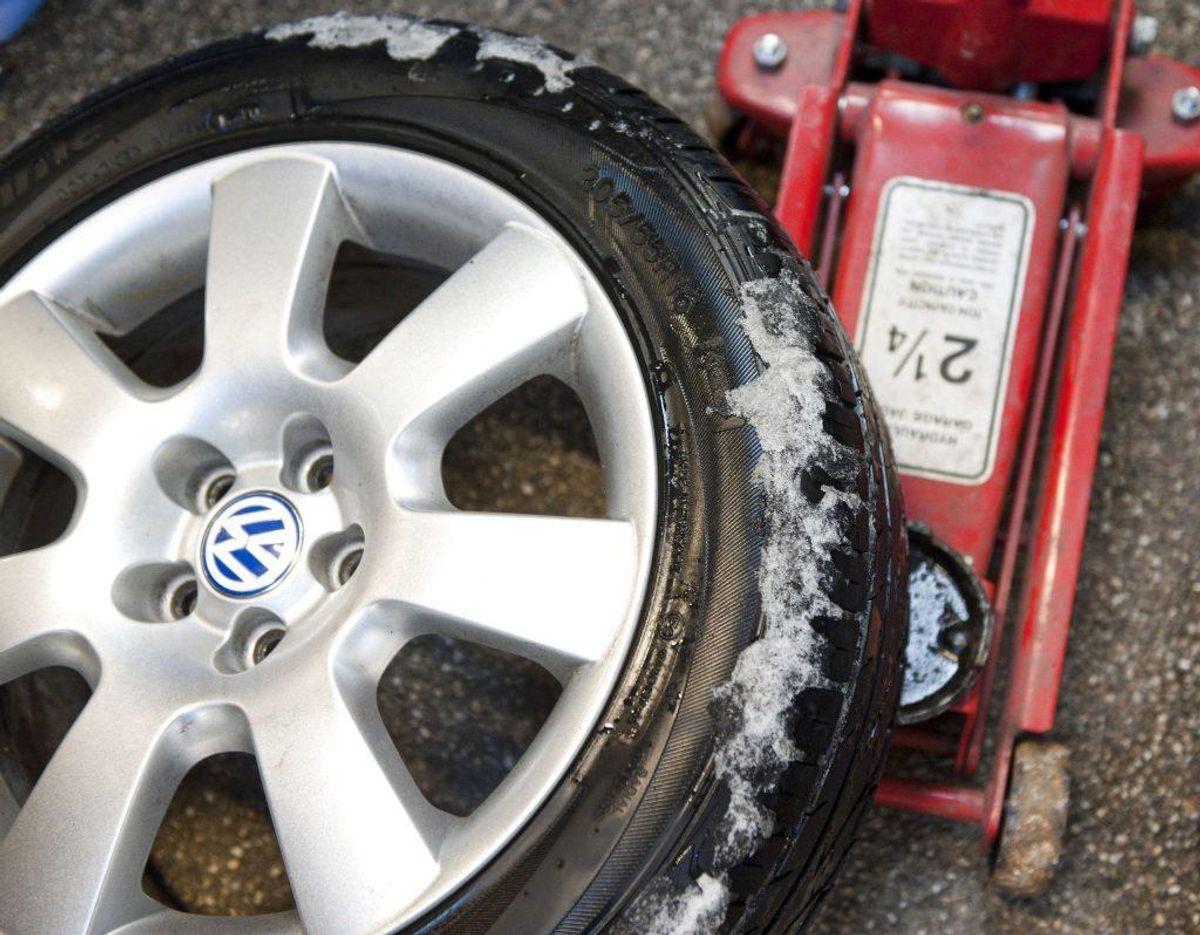 Står der M+S og er der et ikon for et bjerg og et ikon for et snefnug på dit dæk, er det et vinterdæk. Foto: Scanpix.