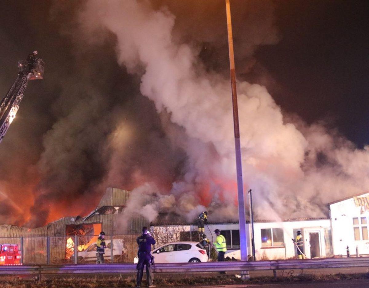 22 beboere blev evakueret fra en nærliggende bygning, da man frygtede, at branden ville sprede sig. Foto: Presse-fotos.dk. KLIK VIDERE OG SE FLERE FOTOS.