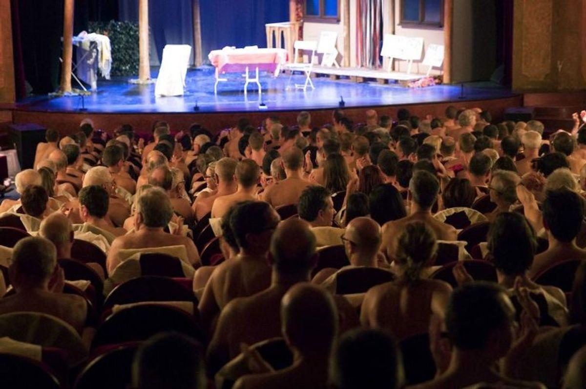 """På teatret """"Palais de Glaces"""" i Paris skal tilskuerne være nøgne. Foto: Geoffroy VAN DER HASSELT/Scanpix. KLIK VIDERE OG SE FLERE BILLEDER."""