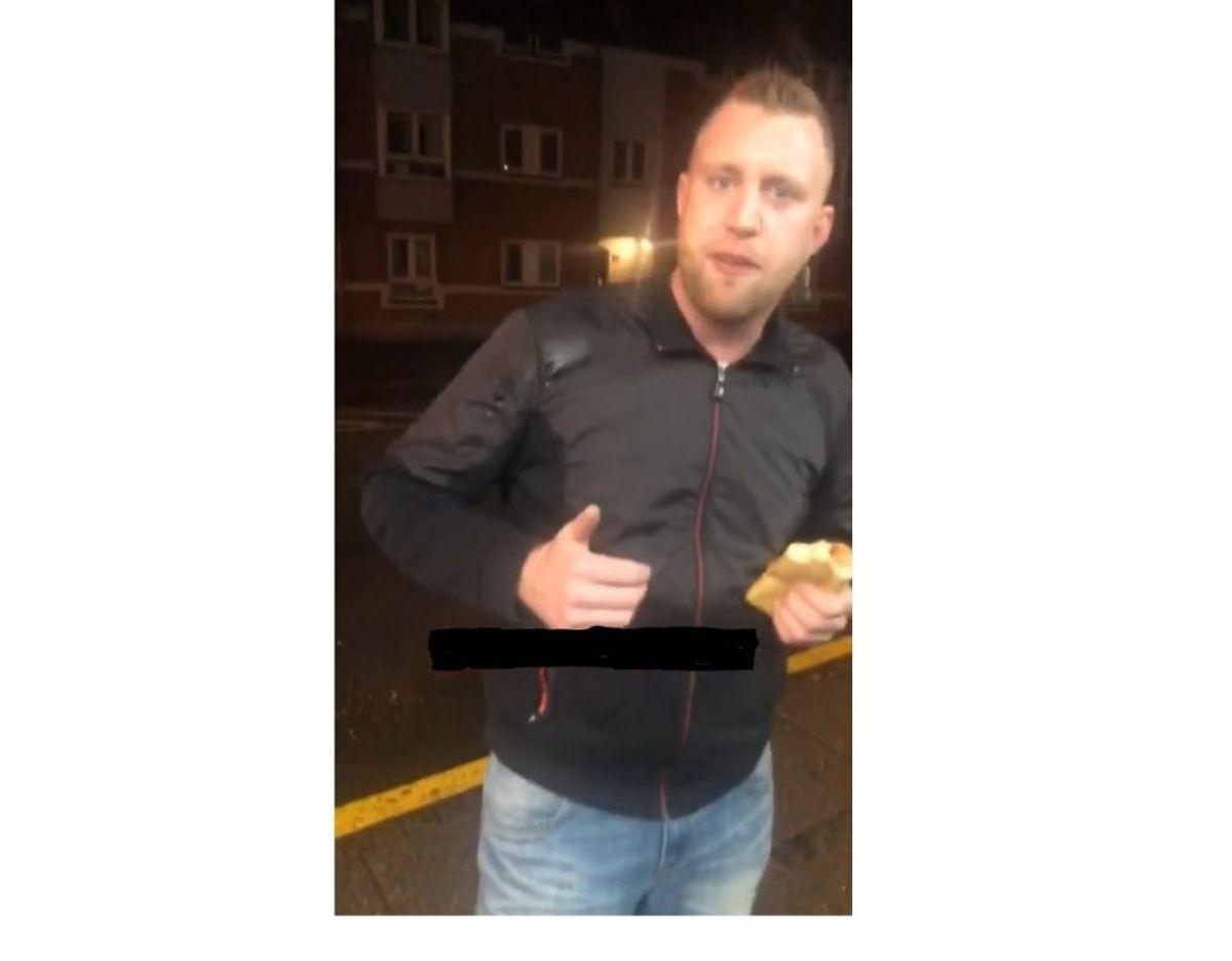 Den 27-årige har sendt en snapchat-besked med billedet her, som politiet har fået. Bygningen bagved ligger på hjørnet af Nørregade og Nørreport, hvorfor billedet er taget i området, hvor Steffen senest er set. Foto: Politi