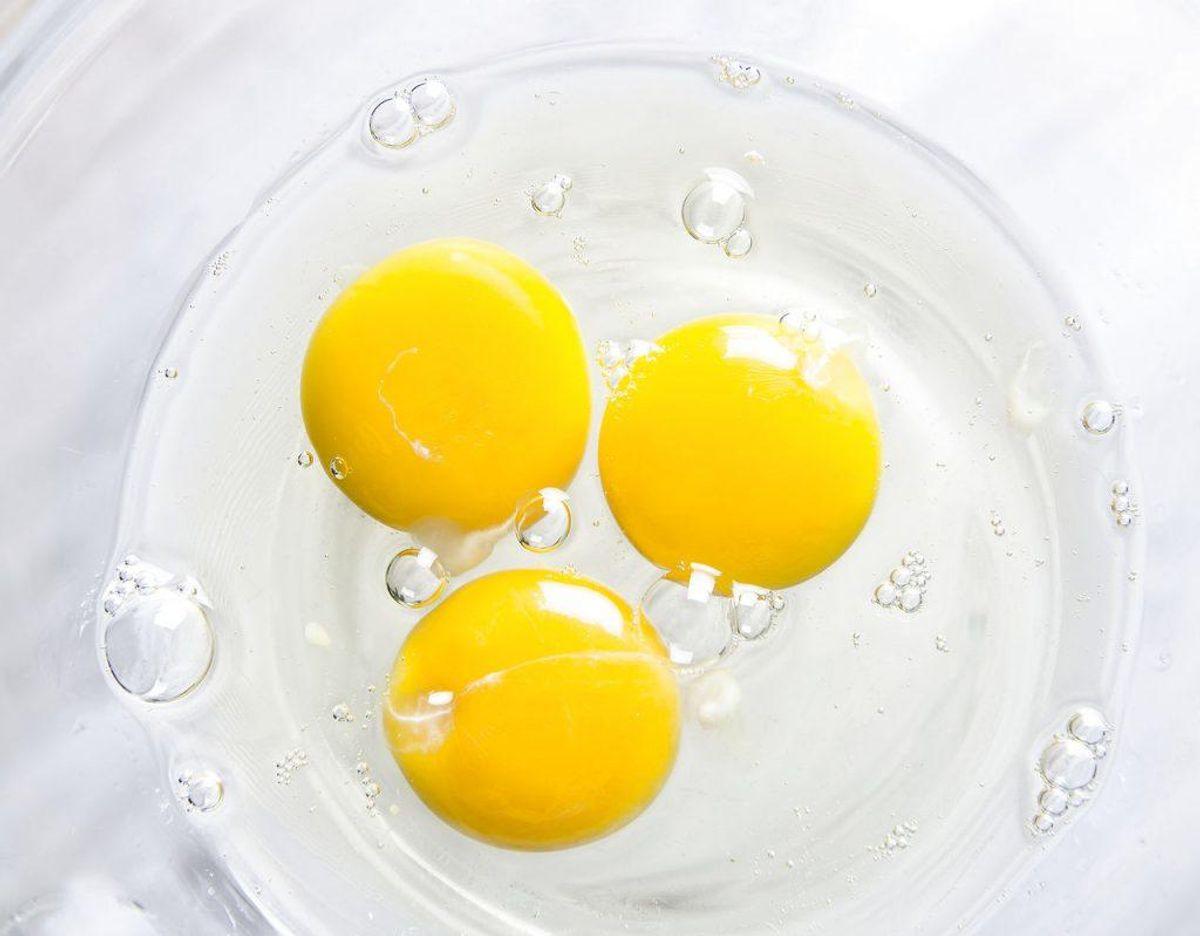 Æg tilberedes ikke ved særligt høje temperaturer, og hælder du rå æg ud i din håndvask for så at skylle efter med varmt vand, risikerer du omelet i vandlåsen. Foto: Scanpix.