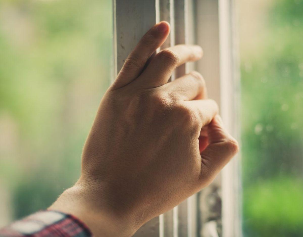 Åbn dit vindue, sæt et stykke papir mellem vindue og ramme, luk vinduet til og træk i papiret. Går det igennem, er dit vindue utæt. KLIK VIDERE OG FÅ GODE RÅD MOD UTÆTTE VINDUER.