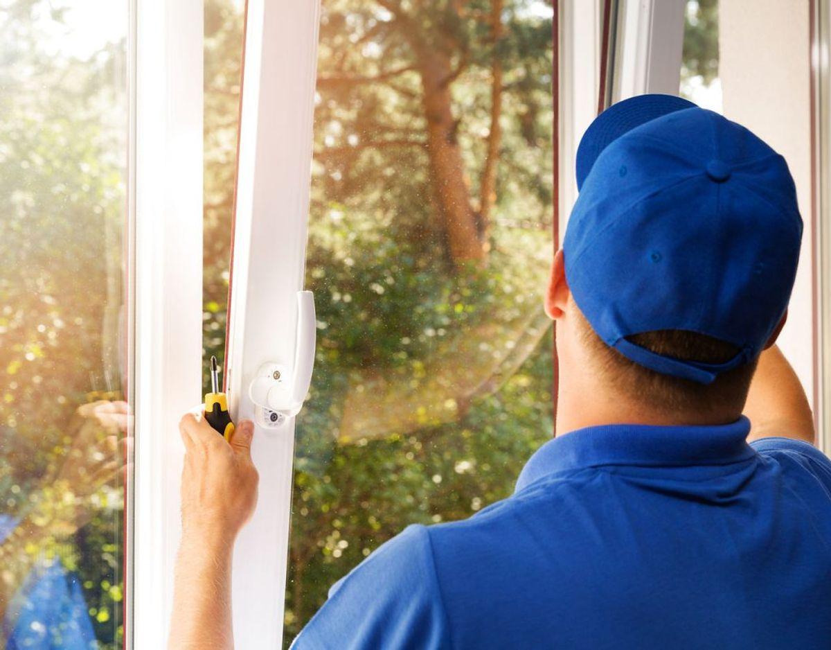 Bor du et sted med gamle vinduer, kan du overveje at skifte dem helt. Går du fra temoruder til energiruder, isolerer den nye rude markant bedre. Men det er ikke så let at skifte vinduer selv, som det er at skifte gummilister. Foto: Scanpix.