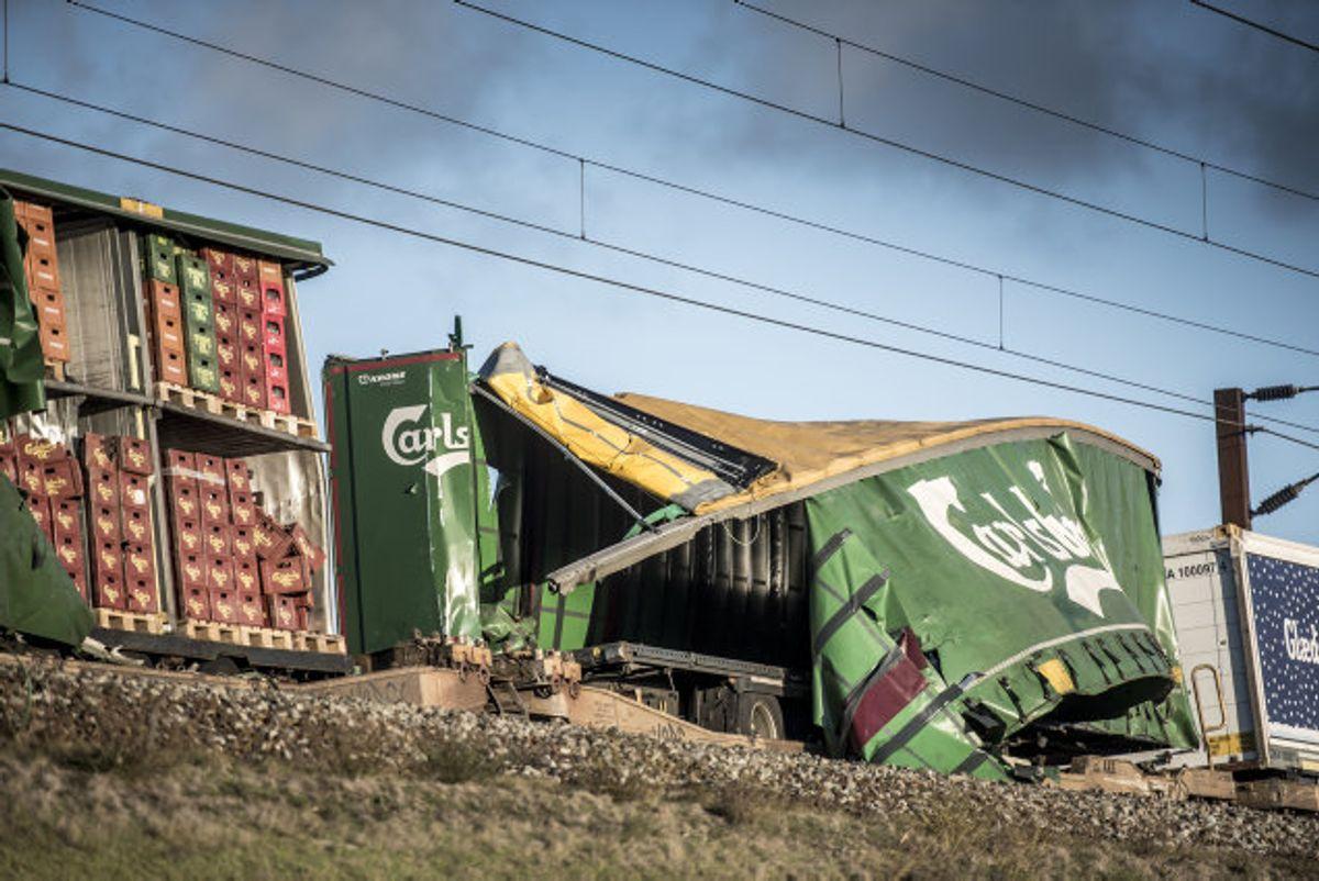 Otte mennesker mistede livet, da en trailer væltede af sin vogn på et godstog og ned i et modkørende passagertog på Storebæltsbroen onsdag. Havarikommissionen er i gang med at undersøge ulykken. Foto: Mads Claus Rasmussen/Scanpix