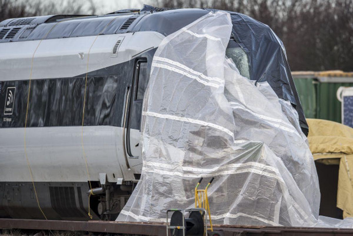 Otte personer blev dræbt, og 16 kom til skade i togulykken, hvor et passagertog blev ramt af en trailer fra et godstog på Storebæltsbroen. Her holder toget fra ulykken afdækket i Nyborg. Foto: Mads Claus Rasmussen/Scanpix