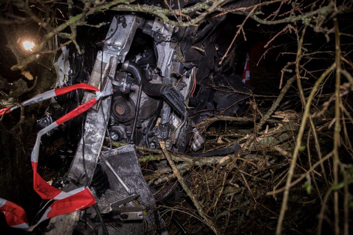 Sent fredag aften kørte denne BMW galt på Fjerritslevvej ved Løgstør. KLIK VIDERE OG SE FLERE BILLEDER. Foto: Newsbreak.dk.