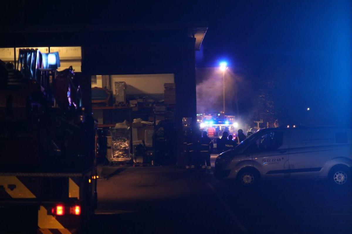 Der har været brand og syreudslip i en industribygning i Brøndby. KLIK for flere billeder. Foto: Presse-fotos.dk.