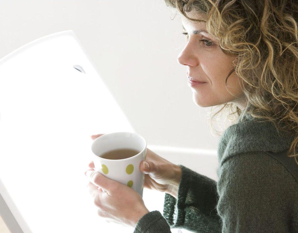 Bruger man en lyslampe i stedet eller som supplement, skal den have en lysintensitet på 10.000 lux. Brug den 30 minutter dagligt. Foto: Scanpix.