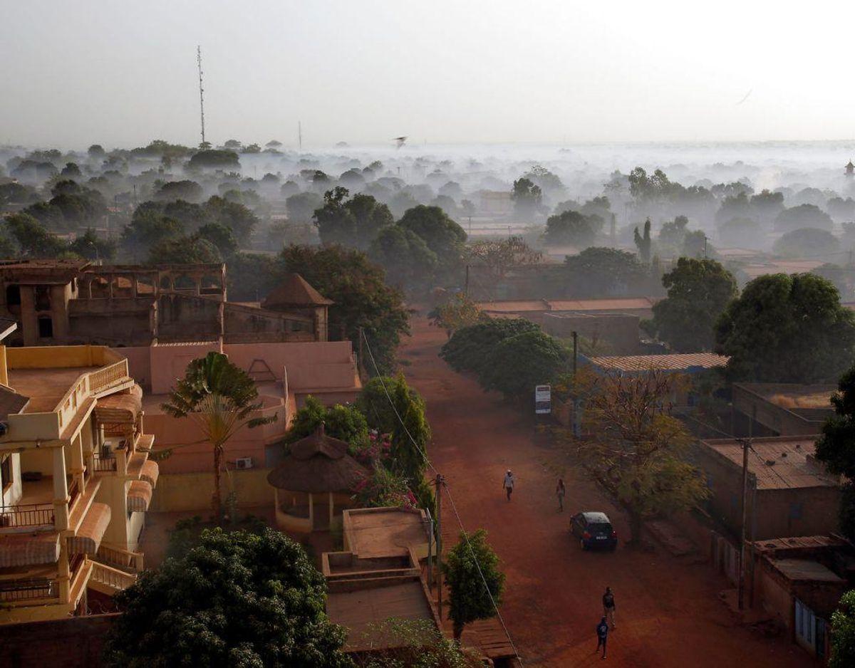 """Burkina Faso. Alle rejser til Byerne Dori, Djibo, Ouahigouya og Tougan og området nord for disse byer op til grænsen til Mali. Området vest for byerne Dedougou, Bobo-Dioulasso og Banfora ned til grænsen mod Elfenbenskysten. De tre byer er ikke omfattet.  Nationalparken ved den sydøstlige grænse til Niger og Benin frarådes. Det skyldes ifølge UM.dk: """"Der er en høj risiko for terror i Burkina Faso. Den kan være rettet mod vesterlændinge."""" Foto: Scanpix"""