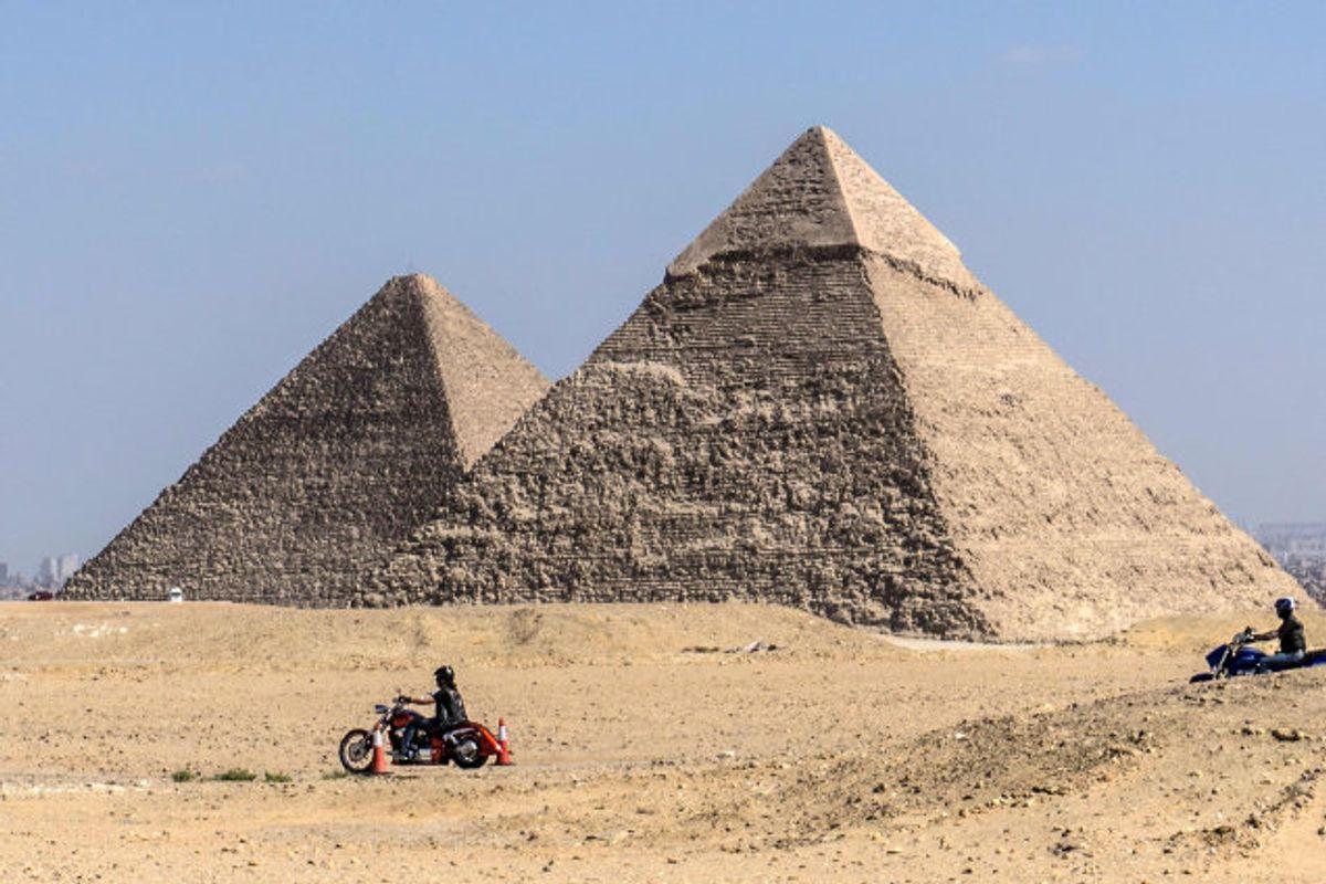 To danskere har skabt vrede i Egypten på grund af en video, der foregår på en pyramide. På billedet her ses to af pyramiderne i Giza. Foto: Khaled Desouki/AFP
