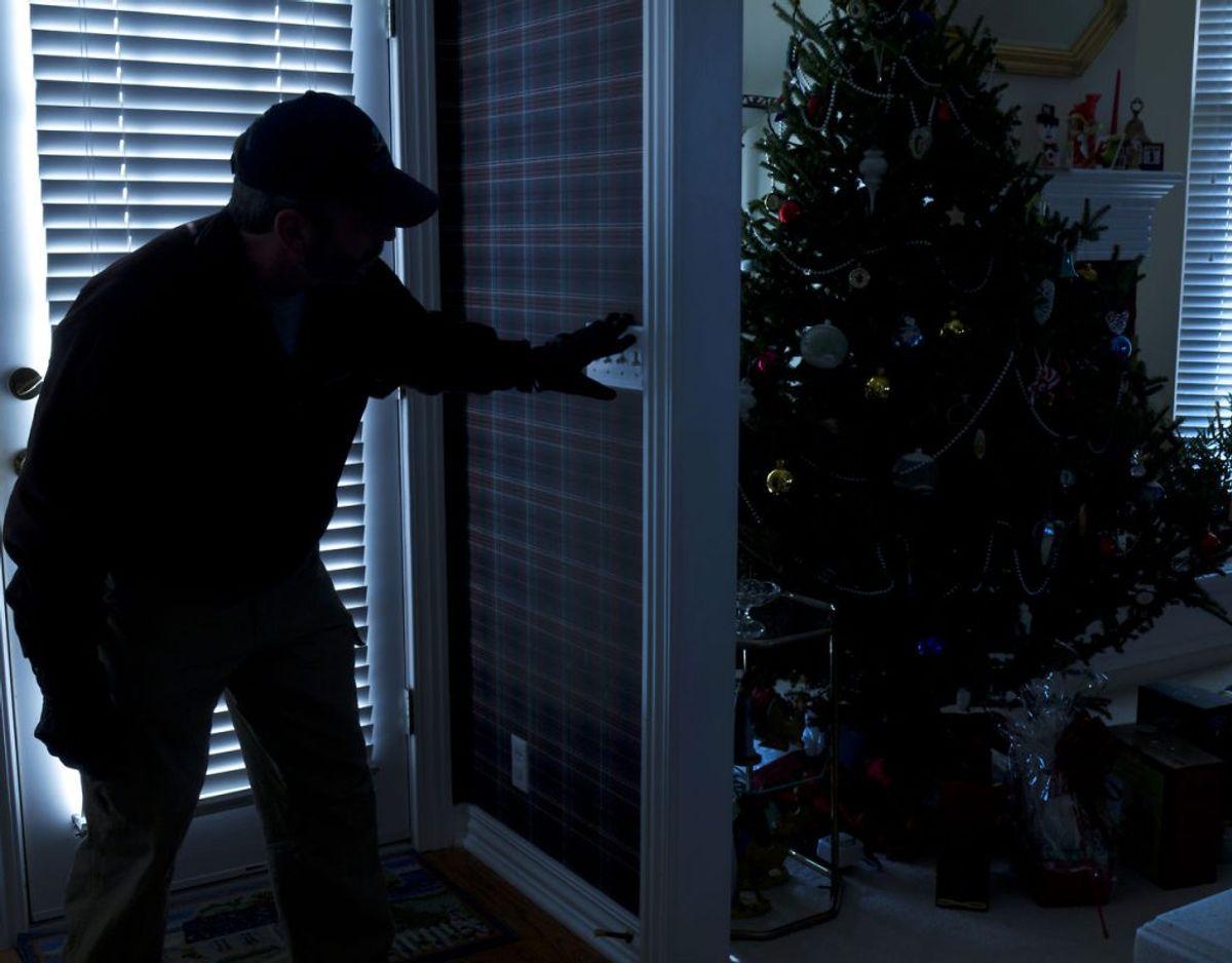 Godt 450 indbrud i dagene fra den 20. til og med den 24. var den umiddelbare status på julen i 2017. Tallet stiger typisk efterfølgende, når folk kommer hjem. Vil du undgå, at tyven vælger lige dit hjem? Så tjek de her gode råd på de næste billeder. Fotos: Scanpix / Kilde: Det Kriminalpræventive Råd