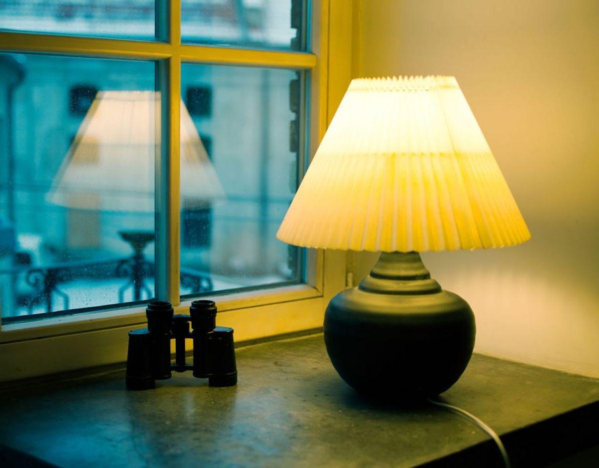 5. Brug tænd/sluk belysning og 'FakeTV', så det ser ud, som om der er nogen hjemme.