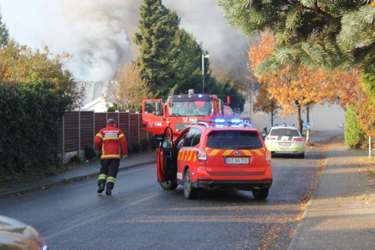 Brandvæsnet var massivt til stede for at slukke branden. KLIK FOR FLERE BILLEDER. (Foto: Presse-fotos.dk)