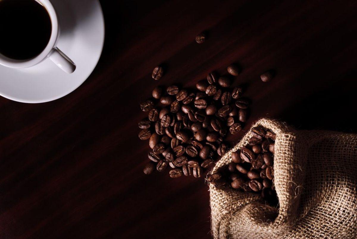 En kop almindelig, ristet og malet kaffe indeholder omkring 85 milligram koffein.