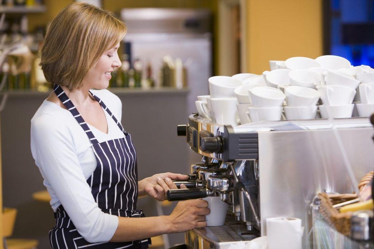 En kop espresso på 30 milliliter indeholder cirka 50-60 milligram koffein.