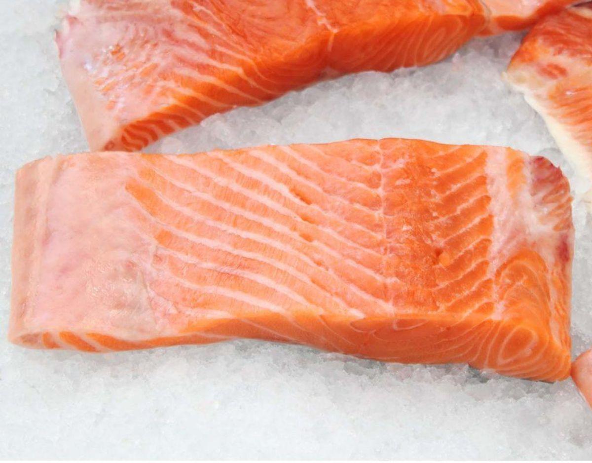 Du skal tage sidste anvendelsesdato alvorligt og altid smide mad ud, hvis det overskrider datoen. Du risikerer at blive syg, hvis du ikke følger mærkningen. Mad med dette mærke er blandt andet fersk fisk, kød og kødpålæg.