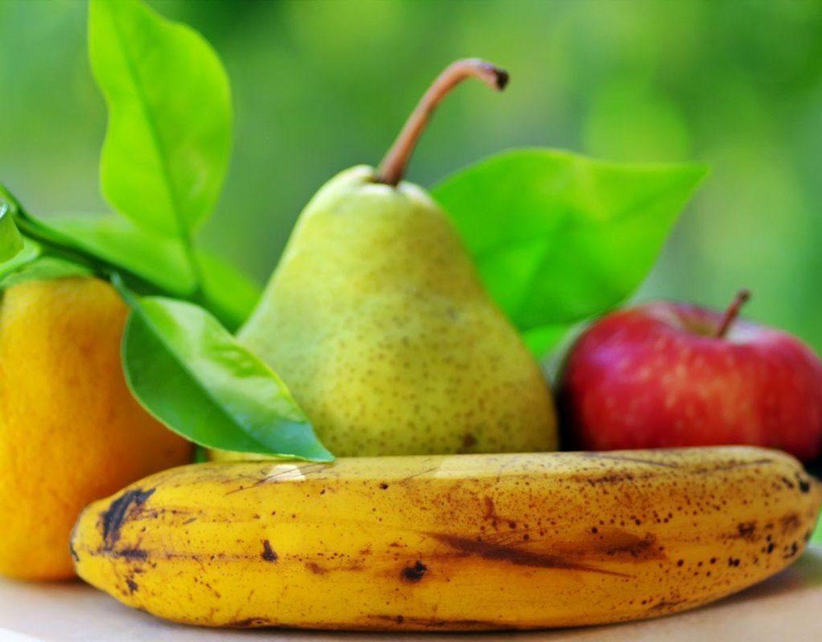 Opbevar madvarer korrekt og separat. Appelsiner og æbler skal helst ikke blandes sammen. Det samme gælder tomater og avocado. Bananer, avocado og tomater holder sig bedst uden for køleskabet.