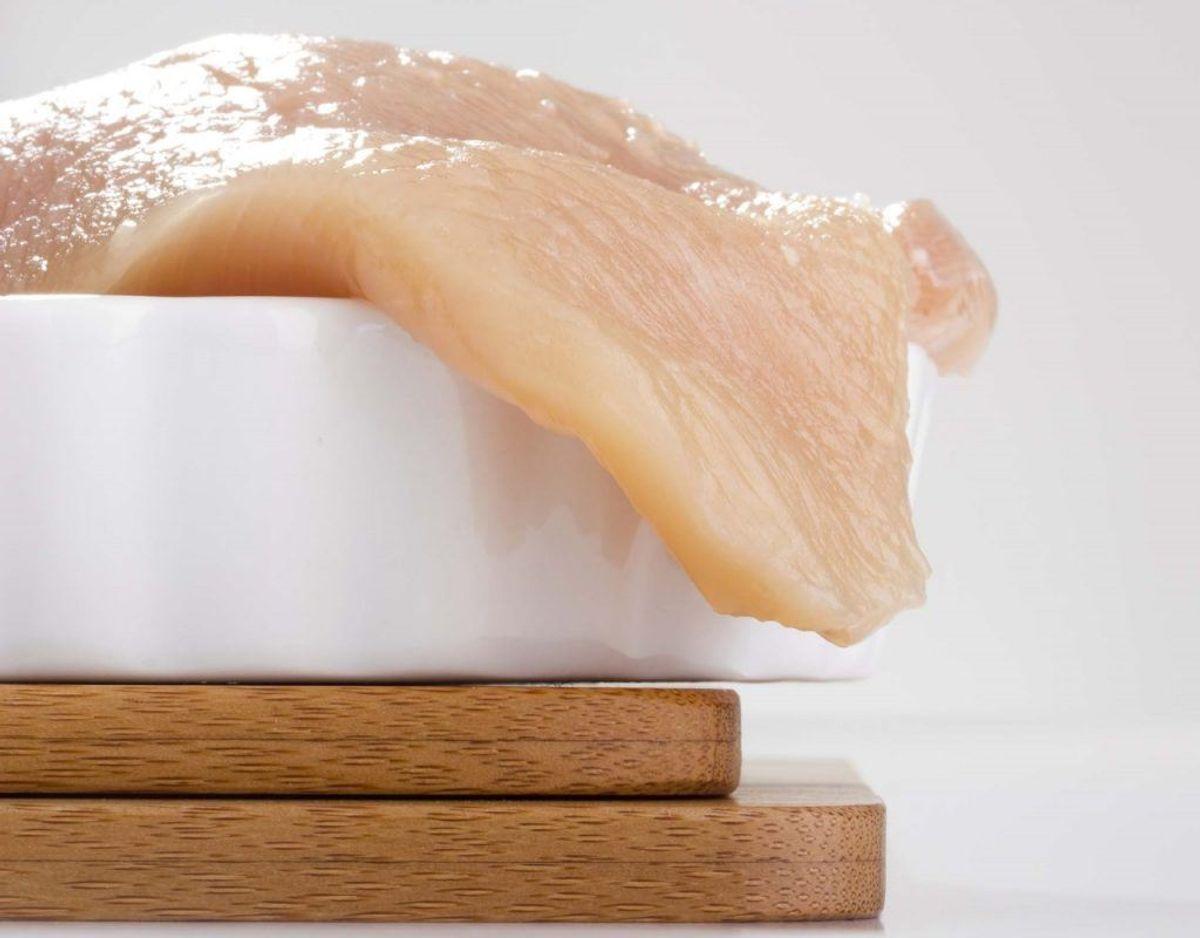 Har du kød liggende på køl, skal det pakkes forsvarligt ind i plastik, så rå kødsaft ikke kommer i nærheden af grøntsager. Ellers risikerer man mavepine, opkast og feber-sygdom.