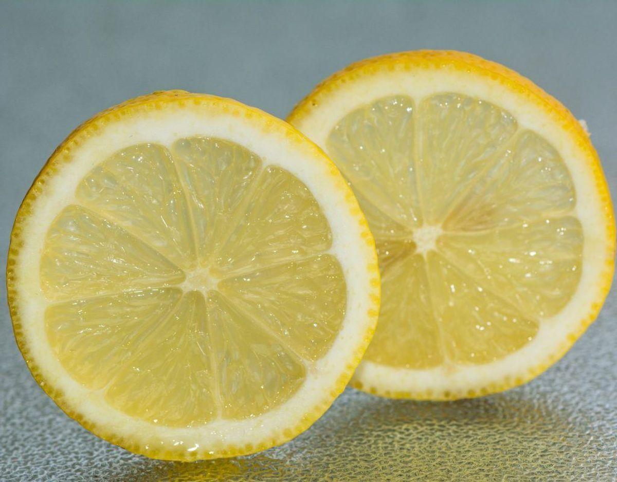 Sure fødevarer, eksempelvis syrnede mælkeprodukter og citroner, må ikke komme i nærheden af sølvpapir. Har man en dressing stående med eddikesyre, bør man pakke det ind i plastik, ikke metalfolie.