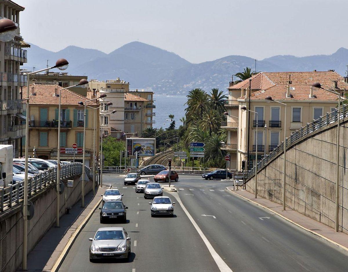 I løbet af 2017 er der indført miljøzoner i en række franske byer. Der er endnu ingen oversigt over hvilke byer, der fremover kræver miljømærkater på biler og andre køretøjer. Går turen til Frankrig, skal du have et miljømærkat til bilen for at kunne køre lovligt i de byer, der har miljøzone. Miljømærkater til de franske byer sælges kun via en fransk hjemmeside (oversat til engelsk) og skal bestilles i god tid. På hjemmesiden varsles med 30 dages ventetid, skriver FDM