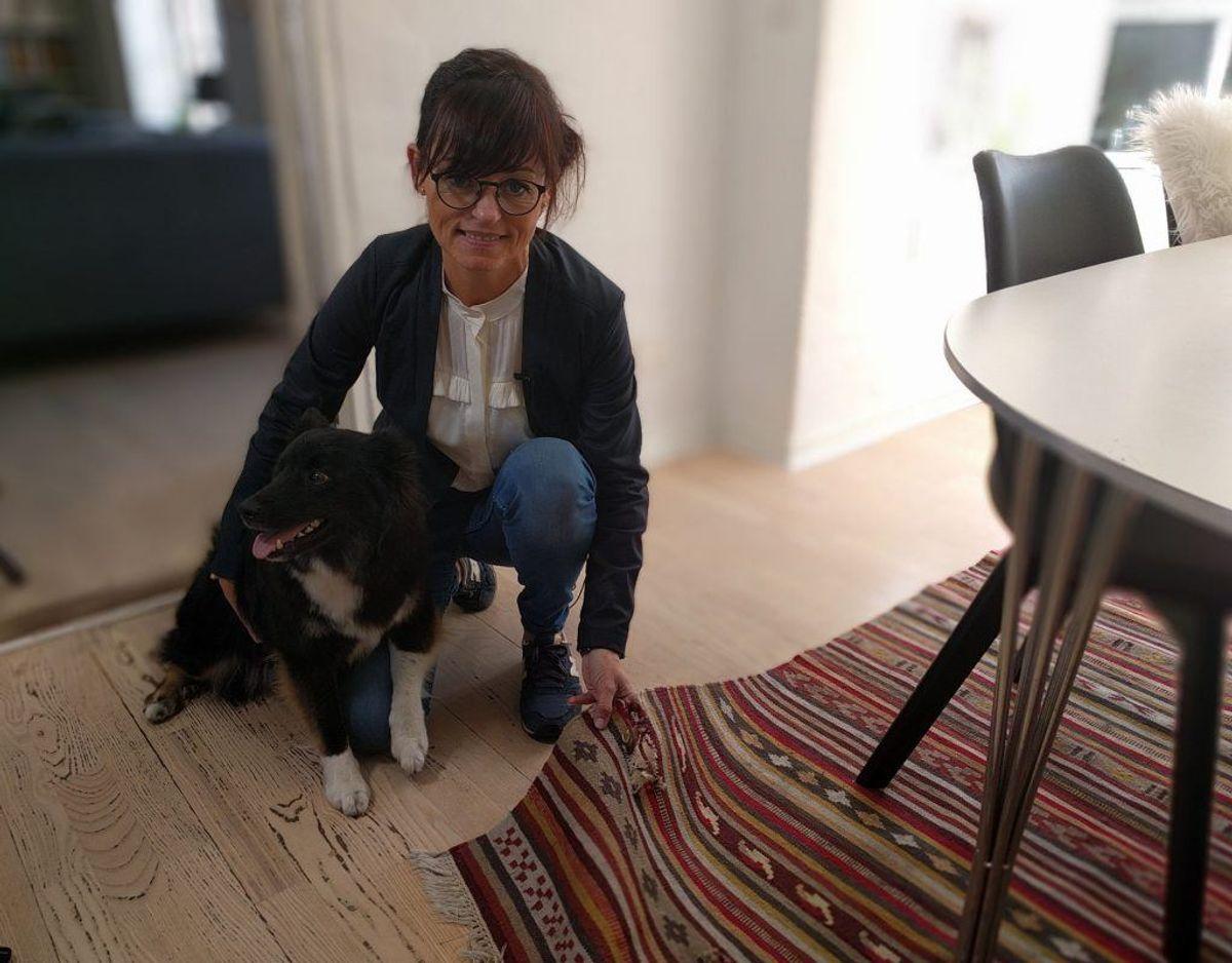 Elisabeth og det famøse tæppe. Foto: TV2 Østjylland.