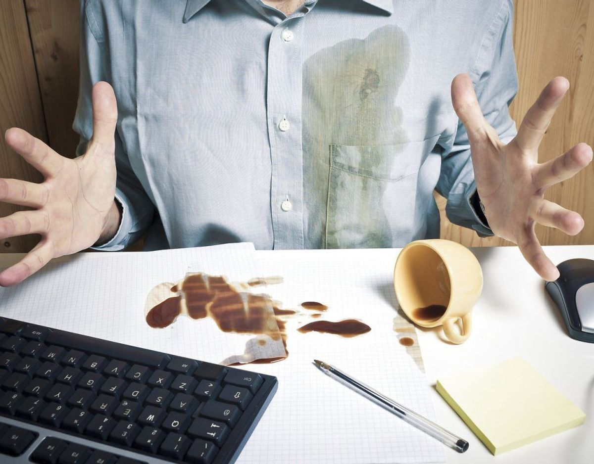 Skal du fjerne kaffepletter fra tøjet eller sofaen? Så følg disse råd. Fotos: Scanpix