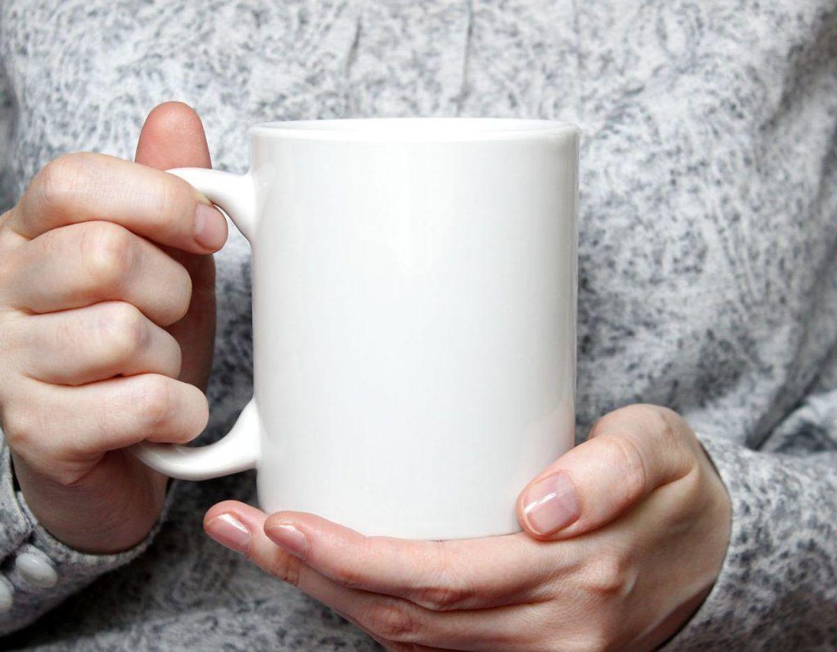 HAr du problemer med, at der er fastsiddende kaffepletter i bunden af dine kaffekrus? Så mener Good Housekeeping, at du kan fjerne pletterne mere effektivt ved at putte lidt natron på dit opvaskemiddel, inden du svinger opvaskebørsten. Foto: Scanpix