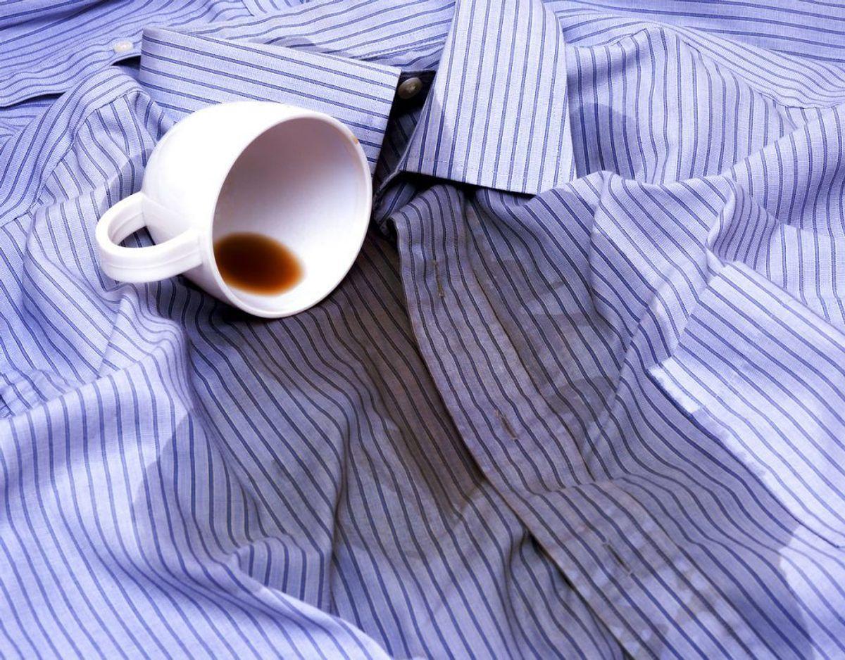 Uanset hvilken metode, du bruger til at fjerne kaffepletterne på dit tøj, så er det en god idé at reagere hurtigt og lægge tøjet i blød i vand. Michael Rene´mener, at lun mælk kan bruges til at fjerne pletterne effektivt. Good Housekeeping foreslår, at du bruger skyllemiddel og blegemiddel – hvis tøjet kan holde til det – hvis pletterne ikke er alt for store og genstridige. Foto: Scanpix