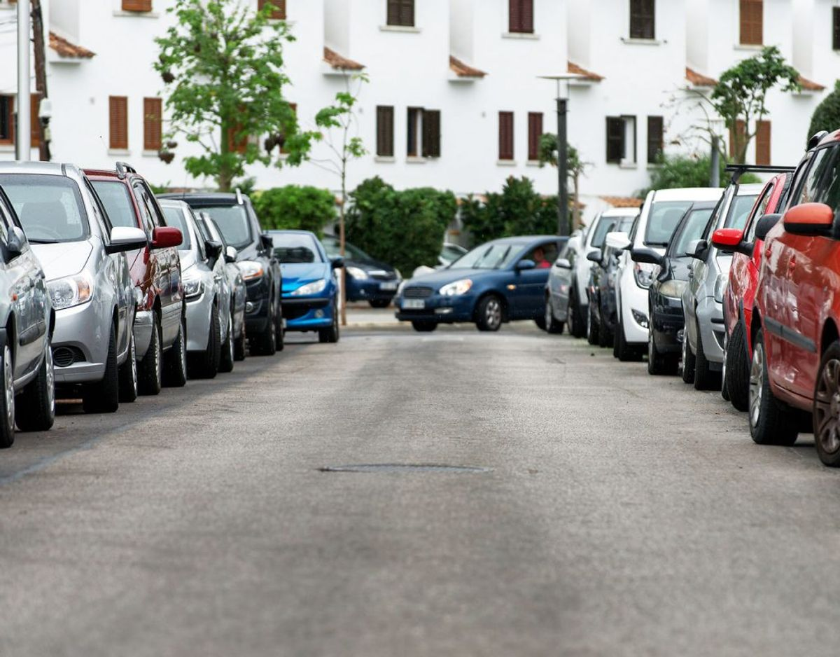 Kører du på en vej, og skal du forbi en parkeret bil, foretager du reelt set et vognbaneskift. Dermed gælder reglerne for vogbaneskift også. Foto: Scanpix.
