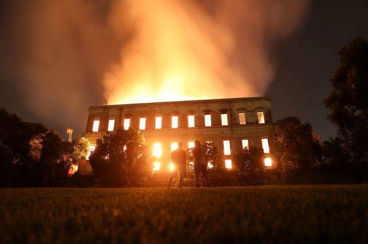 Som det fremgår af billederne her, så er det en altødelæggende brand, der er i gang. Foto: Scanpix. KLIK VIDERE OG SE FLERE VOLDSOMME BILLEDER.