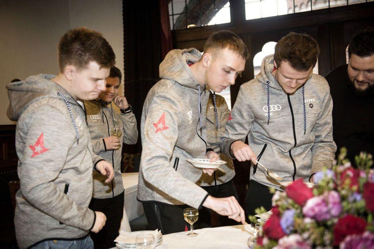 Counter Strike-spillerne fra Astralis vandt i 2017 turneringen ELEAGUE Major. Det medførte den prestigefulde hyldest med rådhuspandekager på Rådhuset i København. (Foto: Scanpix)
