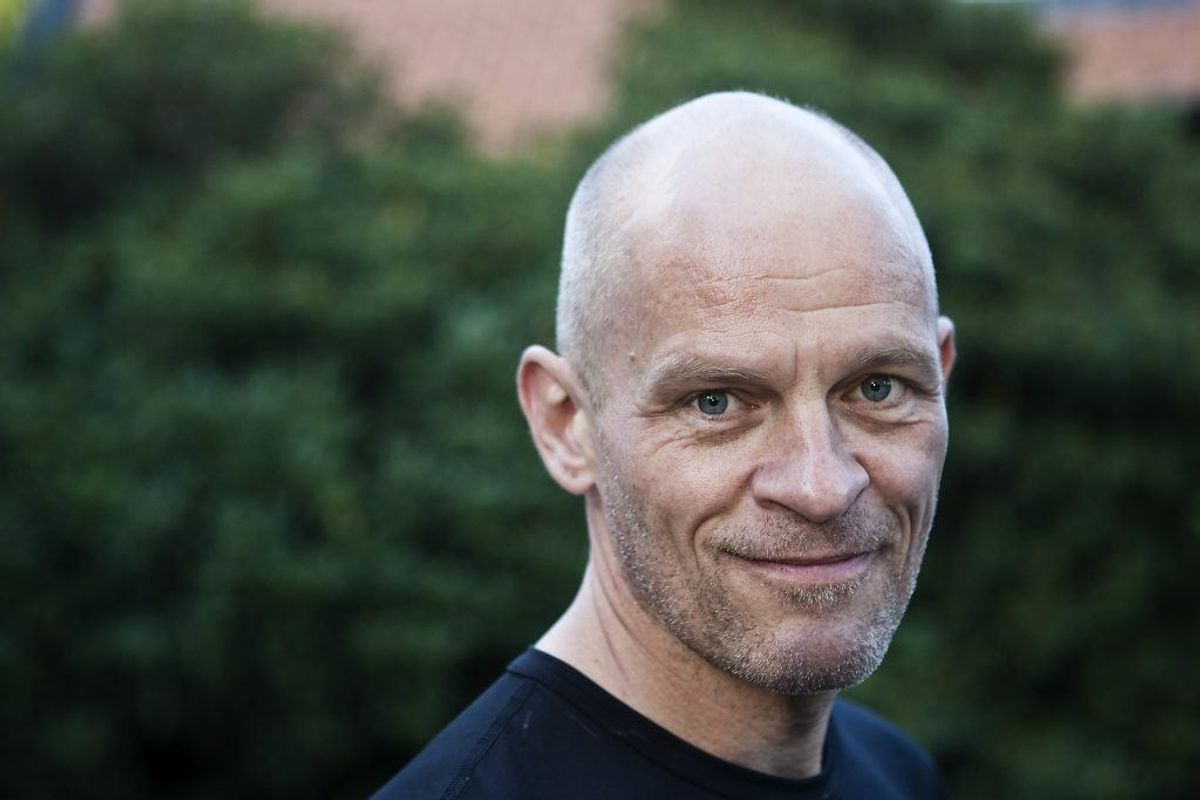 Lars Bom, der spiller rollen som Johnny Olsen i serien, har blandt andet medvirket i serien og filmene om Max Pinlig. Derudover har han lagt stemme til flere tegnefilm såsom Find Nemo, De Utrolige og Ronal Barbaren. Mange vil formentlig også huske ham for at have lagt stemme til Bamse på DR1 fra 1992-1997. Kilde: Danskefilm.dk. Foto: Scanpix