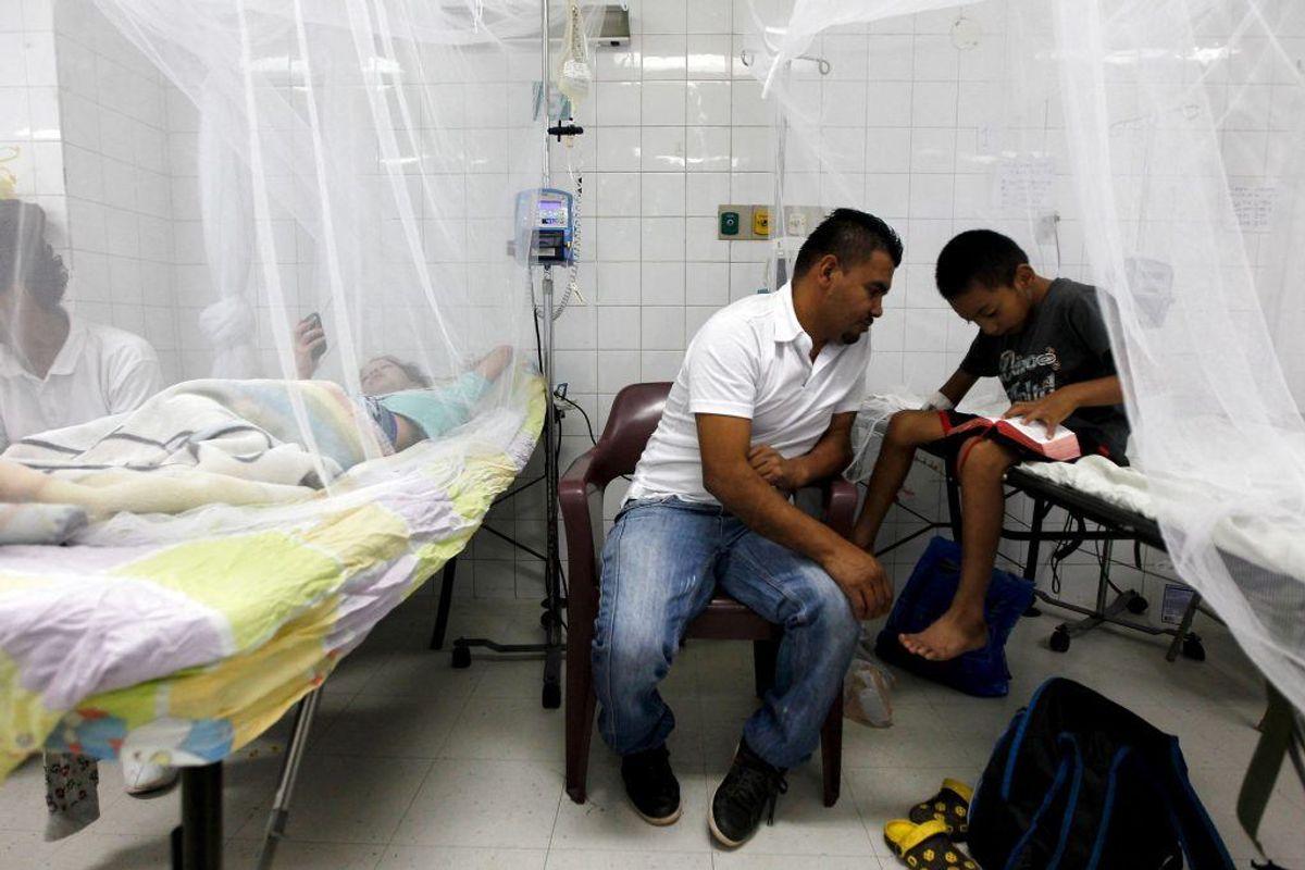 Drengen her viser symptomer på chikungunya-feber, en sygdom, der smitter via myg. I 2014 blev omkring en million mennesker verden over smittede med sygdommen, der dræber cirka en ud af 1000 smittede. (Foto: Scanpix)