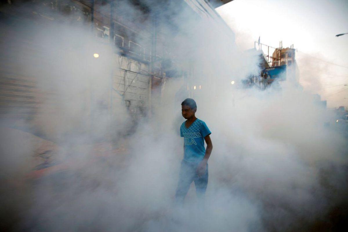 Mellem tre og fem millioner bliver årligt smittet med kolera, her forsøges det bekæmpet i Yemen. Mellem 28.800 og 130.000 dør anslået årligt af sygdommen. (Foto: Scanpix)