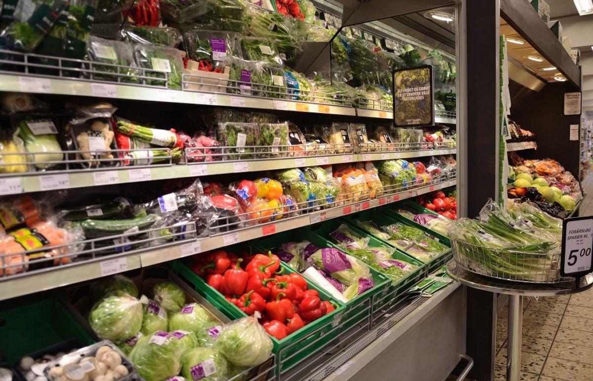 Fødevareindustrien i EU har normalt lov til at bruge 379 forskellige tilsætningsstoffer, der har et E-nummer. Ved økologiske produkter er kun de 49 af dem tilladt at bruge.