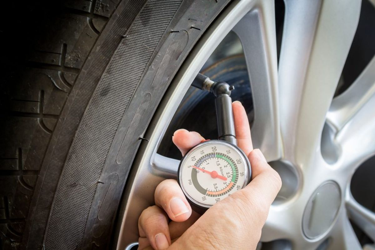 Også dæktrykket er vigtigt – det skal afpasses med bilens læs. Og så gælder det også både sikkerhed og penge at spare på benzinen. Foto: Scanpix.