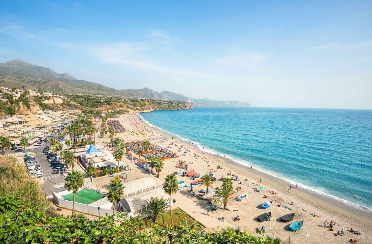 Kommer du afsted uden dit pas til Spanien, må du kigge langt efter denne udsigt. Her ved feriebyen Benidorm. (Foto: Iris)