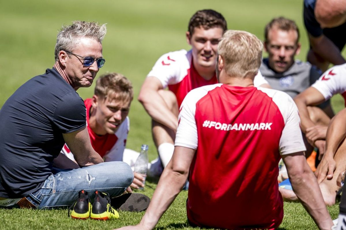Thomas Helmig, som har lavet VM sangen, talte onsdag med spillere efter landsholdets træning i Helsingør. Foto: Mads Claus Rasmussen/Scanpix