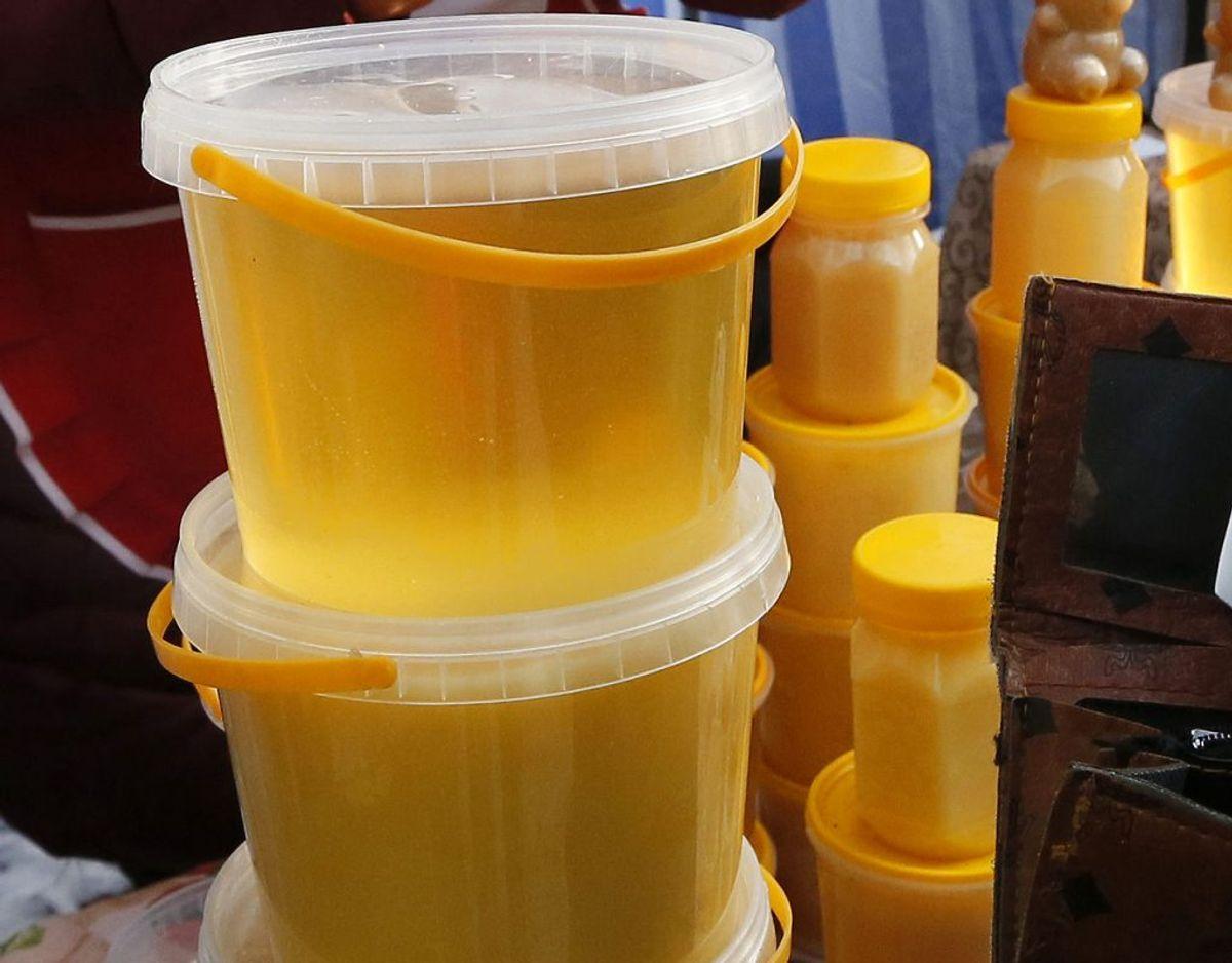 Honning er så oplagt at svindle med, at EU Kommissionens afdeling mod fødevaresvindel sidste år og i år har gjort den søde spise til deres særlige indsatsområde, skrev Politiken i 2016 i forbindelse med, at Fødevarestyrelsen havde afsløret omfattende snyd med honning fra en virksomhed her hjemme. Den var falsk og kom i stedet fra Kina og blev solgt videre via Dagrofa i blandt andet Dansk Supermarked og Meny under navne som Budget, Svansø og Bigården. Foto: Scanpix Food. Honningen, som kom fra Kina, blev solgt videre via Dagrofa i blandt andet Dansk Supermarked og Meny under navne som Budget, Svansø og Bigården. De er nu trukket fra markedet, selv om Scandic Food fastholder, at honningen er ægte.