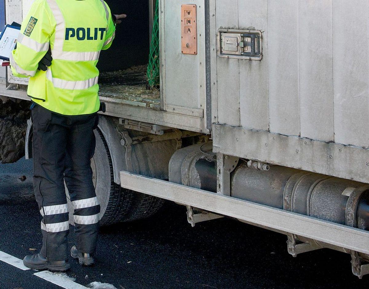En spritstiv lastbilchauffør blev standset af politiet, fordi han kørte i nødsporet – i den forkerte retning. Spritkørsel er ikke for sjov – klik dig gennem galleriet og se hvorfor. Foto: Scanpix