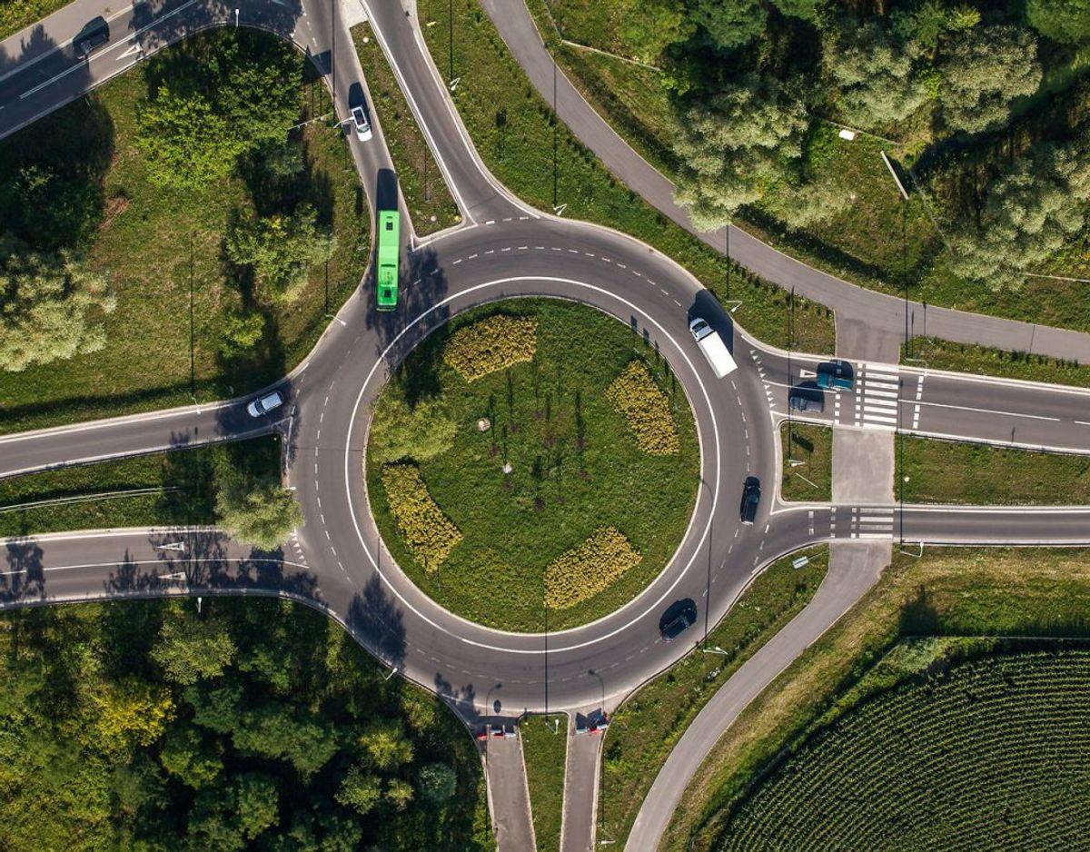 Der gælder altid den tommelfingerregel, at du skal køre den kortest mulige rute gennem rundkørslen. Det betyder blandt andet, at skal du i en tosporet rundkørsel ud ad først mulige udkørsel, så bliver du i højre vognbane. Arkivfoto: Scanpix